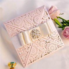 Faire-part mariage romantique couleur rose poudré avec noeud tendance et strass. Pour découvrir toutes nos pochettes www.jecreemonfairepart.fr