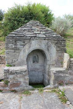 Balade à Locquirec: fontaine et lavoir du Rugunay     Chapelle de Linguez   La chapelle de Linguez date du XVI-XVIIème Siècle. C'est un édifice quadrangulaire surmonté d'un clocheton. Cette chapelle est dédiée à la Vierge Marie. C'est une ancienne dépendance de Kergadiou (famille de Coëtmen).