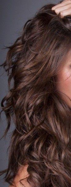 Estilo de cabello ondulado en color castaño... Puede ser hecho con ondulador profesional