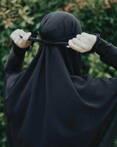The scarf is the central element inside the outfits of girls having hijab. Hijab Niqab, Muslim Hijab, Mode Hijab, Stylish Hijab, Hijab Chic, Beautiful Muslim Women, Beautiful Hijab, Hijabi Girl, Girl Hijab