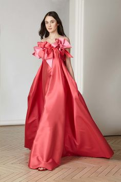 See the complete Alexis Mabille Pre-Fall 2017 collection.
