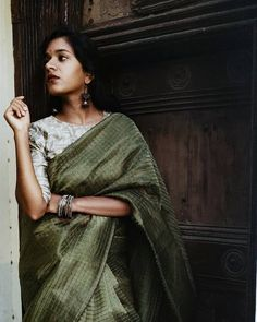 Sarees You Must Own If You Have Simple Style! Sarees must be yours if you have simple style! Simple Saree Designs, Simple Sarees, Blouse Designs, Indian Attire, Indian Wear, Indian Outfits, Saree Poses, Indian Silk Sarees, Saree Photoshoot