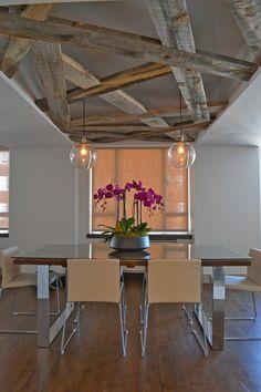 plafond poutre apparente en bois massif, table à manger rectangulaire, chaises design et suspensions boules