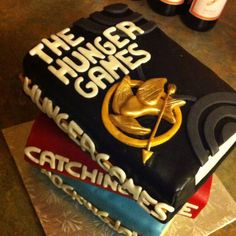 LOL I'm on a cake roll - Hunger Games book cake! OMG and they're actually like the books not just the logo :) Hunger Games Cake, Hunger Games Party, Book Cupcakes, Cupcake Cakes, Brithday Cake, Wilton Cakes, Cakes For Men, Dream Cake, Cute Cakes