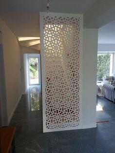Comment occulter un escalier très visible dans l'entrée par un moucharabieh décoratif