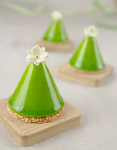 White chocolate and matcha green tea cones, with nougatine, joconde and mousse, by Le Cordon Bleu Green Tea Recipes, Sweet Recipes, Matcha Green Tea, Green Teas, Fancy Desserts, Baking And Pastry, Mousse Cake, Japanese Sweets, Edible Art