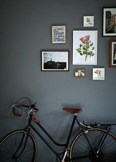 un joli salon avec peinture murale grise et velo decoratif