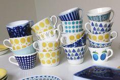 Swedish flag in coffee cups Blue Table Settings, Scandinavian Pattern, Scandinavia Design, Scandi Home, Stoneware Crocks, Painted Mugs, Coffee Art, Coffee Cups, Vintage Bottles