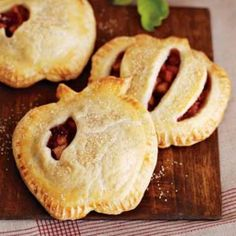 Very cute presentation! Recipe For Apple-Cranberry Pocket Pies - With their sweet-tart filling of apples and cranberries, these handheld pies make a wonderful dessert for autumn gatherings. Mini Apple Pies, Mini Pies, Apple Tarts, Lemon Tarts, Apple Recipes, Fall Recipes, Pocket Pie Recipe, Just Desserts, Dessert Recipes