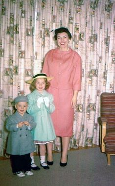 Fashion/ Photo: Stylish Mom and Kids. Stylish Livingroom with Pink Barkcloth Curtains Vintage Girls, Vintage Love, Vintage Colors, Vintage Photographs, Vintage Photos, 1950s Fashion, Vintage Fashion, Easter Outfit, Easter Dress