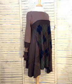 Schöne fließende Form in diese bis radelte Pullover Tunika in braun, hergestellt aus leichten Pullover. Das Mieder ist ein Karamell braun Kabel stricken. Der Saum ist braun Argyle mit Marine und grün, Seitenteile in braun. Die langen Ärmel sind auch Arm-Stulpen.  Größe Large XL, könnte eine locker sitzende Medium.  Hier gezeigt, auf einer Schaufensterpuppe Größe S/M, lose Passungen Das letzte Bild ist von mir trägt einen ähnlichen Artikel  Kleidungsstück Messungen: Brust: 40- 42 Hüfte: ca…