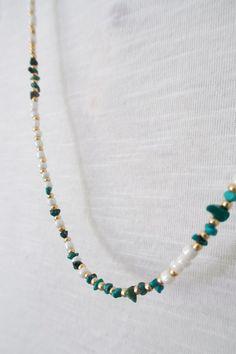 8d3014f08135 Largo de color turquesa y semillas el collar blanco y oro wrap