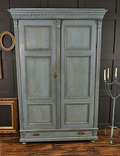 Armoire henri ii patin e la cire blanche armoires for Patiner une armoire