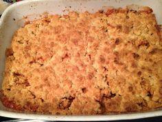 Snelle appeltaart (apple crumble) gemaakt in een grote schaal ipv een springvorm. Het hoeft slechts 20 minuten in de oven.  En eerlijk is eerlijk, de bovenkant van het deeg is toch het lekkerst.