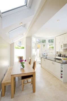 Hire interior designers and builders London for loft conversions and house extensions, such as side return kitchen extensions for Victorian terraced houses. Get an instant online quote and see how you can benefit from a side return extension. Kitchen Diner Extension, Open Plan Kitchen, New Kitchen, Side Return Extension, Rear Extension, Extension Ideas, Extension Google, Extension Veranda, Cocinas Kitchen