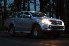 Mitsubishi L200 demuestra su carácter en cada atardecer. La intensidad de sus luces te ayudarán a llegar seguro al siguiente reto.
