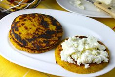 Savoir Faire: Plantain Arepas-Fit with Panela Cheese (Recipe and Video) Plantain Recipes, Great Recipes, Favorite Recipes, Venezuelan Food, Good Food, Yummy Food, Colombian Food, Latin Food, Vegetarian