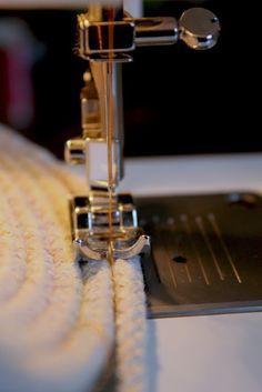 Voici un tutoriel facile à faire et très utile. Vous avez besoin pour réaliser ce panier d'une machine à coudre, un rouleau de corde à ...