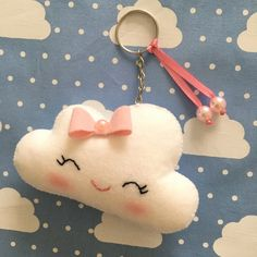 Portachiavi in ​​feltro - Italiano Newest Hair Design Felt Crafts, Diy And Crafts, Arts And Crafts, Cloud Party, Sewing Crafts, Sewing Projects, Felt Keychain, Baby Shawer, Felt Toys