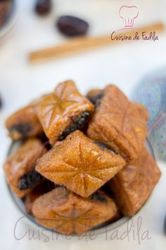 Makrout aux dattes et au miel – cuisine de Fadila – The Best Arabic sweets and desserts recipes,tips and images Pastry Recipes, Gourmet Recipes, Cookie Recipes, Snack Recipes, Dessert Recipes, Arabic Sweets, Arabic Food, Morrocan Food, Easy Zucchini Recipes