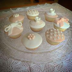 Mini cupcakes sui toni del bianco e del rosa cipria  #instafood #ilas #ilasSweetness #cupcakes #unicoeventi https://www.facebook.com/ilascake