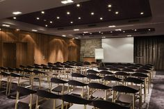 Hôtel Aigle des Neiges **** à Val d'Isère (Maranatha Hotels) - Salle de séminaire | Conference room Conference Room Design, Val D'isère, Setting Goals, Luxury Life, Team Building, Architecture, Corporate Events, Logs, Banquet