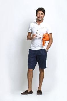 STYLE 35「休日のリラックススタイルも、白×ネイビー×ブラウンの王道配色で」ネイビージャケットに、白いシャツ、グレーパンツに、ブラウンスウェードの靴。これは普段、僕が仕事のときにしている王道…