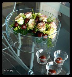 Bloemschikken herfst -  Paardekastanje of wilde kastanje in bloemstuk herfst verwerken - kastanjes en rozen in bloemstuk