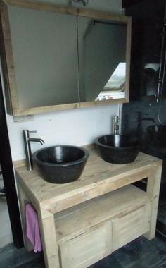 badkamermeubel in gebruikt steigerhout . Dit is volledig verlijmd en gehaakt alsook beschermd tegen vocht. met een spiegelkast