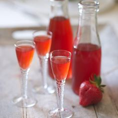 Vin de fraise Strawberry wine – a bottle of white wine, strawberries, powdered sugar Cocktail Fruit, Cocktail Recipes, Wine Recipes, Sangria Punch, Homemade Liquor, Strawberry Wine, Refreshing Cocktails, Fruit Smoothies, Clean Eating Snacks