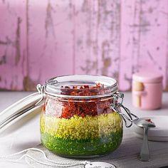 Pesto Tricolore Zutaten 150 g Käse, Pecorino 150 g Käse, Grana oder Parmesankäse (frisch am Stück) 1 Bund Basilikum, frisches 1 Bund Rucola 50 g Pinienkerne 8 Zehe/n Knoblauch 1 Glas Tomate(n), getrocknete 100 ml Olivenöl Kräutersalz Chili - Flocken Pfeffer, frisch gemahlener 1 Portion Zubereitung Den Käse in Würfel schneiden und in eine Küchenmaschine mit Hackmesser füllen. Dazu das Basilikum, den Rucola, den Knoblauch und die Tomaten. Die Pinienkerne kurz in einer Pfanne leicht braun…