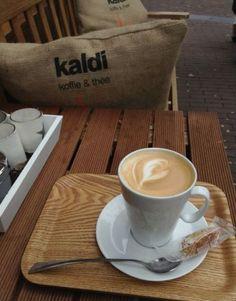 Genieten van een heerlijke cappuccino
