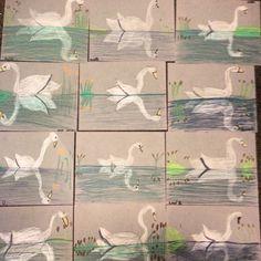 Eerst een horizontale lijn, dan een ovaal tekenen, daarna de hals en de vleugels. Dan ga je de omgeving boven water tekenen en als laatste de weerspiegeling