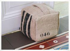 le cale-porte cube #045 en tissus recyclés, fait main et numéroté ses dimensions sont de L.14 x l.14 x H.14 cm et son poids est d1,4 kg