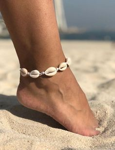 1 anklet in waxed cotton thread with white shells. You can choose between two colors: white or black. Initial Bracelet, Star Necklace, Cotton Thread, Anklets, Eyeliner, Shells, Handmade Items, Trending Outfits, Unique Jewelry