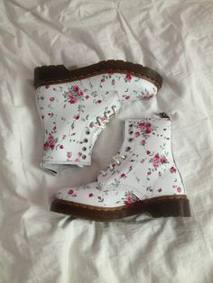 Doc Martens have been in style for almost 60 years, discover what made them so popular. We also discuss how to wear them in style! Sock Shoes, Cute Shoes, Me Too Shoes, Shoe Boots, Dress Boots, Style Converse, Converse Outfits, Dr. Martens, Soft Grunge