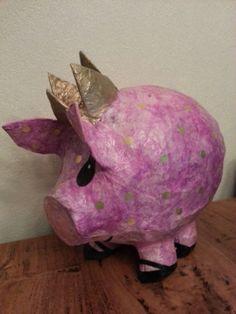 Onwijs leuk, Zuid-Afrikaans en handgemaakt roze varkentje met gouden stippen en een gouden kroontje van papiermach