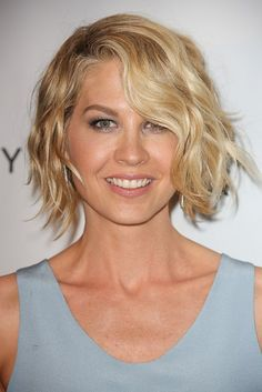 Jenna Elfman-Fun and Flirty Layered Bobs-Celebrity Edition l www.sophisticatedallure.com