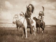 1924 Une femmeCahuilla . Les derniers Amérindiens photographiés dans les années 1900 En 1906, le photographe Edward S.Curtisfutapproché par le riche financier JP Morgan, alorsintéressé pourfinancer un projet documentaire sur les peuples indigènes des Etats-unis.Cet étonnant travail, constitué de 20 volumes et intitulé «The North American Indian«, contenait plus de 1 500 clichés, ainsi que… En lire plus »