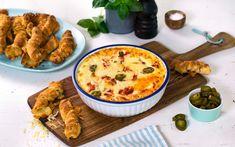 En klassisk hvit pizza-dipp med spicy pepperoni og jalapenos. Dypp brødpinner laget av pizzadeig i og server som snacks.