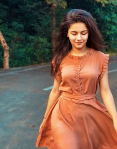 Avneet kaur cutest unseen latest images of her body show and navel pics with hot sexy big cleavage and bikini photos collection.You're dripping like a saturated sunrise.Salma Fashion And Beauty Sleeves Designs For Dresses, Dress Neck Designs, Blouse Designs, Kurta Designs Women, Salwar Designs, Stylish Dresses, Simple Dresses, Fashion Clothes, Fashion Dresses