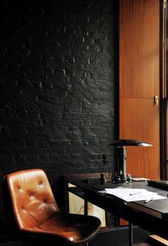 Tufted leather chair & black painted brick / Home office. Home Design Decor, Home Office Design, House Design, Office Decor, Workspace Design, Office Ideas, Black Brick Wall, Black Walls, Black Wood