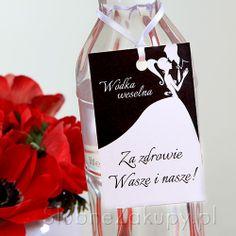 Świetne zawieszki na wódkę z nowoczesną, przyciągającą wzrok grafiką będą ozdobą butelek z alkoholem! #kolekcjaslubna #slub #wesele #dekoracjeslubne #podziekowaniadlagosci #ślub #wedding #wesele #love #slub #pannamloda  #bride #slubnaglowie #pannamłoda #miłość #weddingday #sesjaslubna #weddinginspiration #slubneinspiracje Trends, Alcohol, Beauty Trends