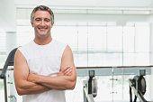 Fit Mann lächelnd in die Kamera im fitness-studio