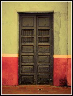 "Gorgeous door in Caracas, Venezeula.  Puerta by Kevin Vásquez ""Aurinegro en Caracas"", via Flickr"