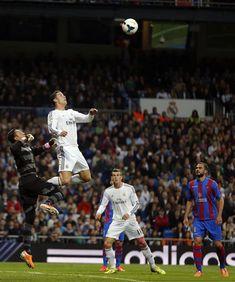 Cristiano Ronaldo incredible jump, rising above the goalkeeper