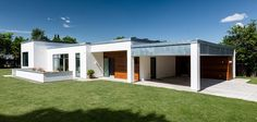 Funkis udspringer af funktionalismen, hvor kendetegnet er det enkle udtryk. Husene opbygges af kubistiske rum, som giver spændende muligheder for at lave niveauforskydning af de enkelte rum.   Det giver optimale muligheder for at skabe et hus og evt. kælder, der opfylder behovet hos den enkelte familie. Inde og ude.