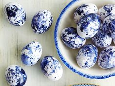Make Elegant Easter Eggs With this Inexpensive Hack - Nail Polish Easter Eggs - Southern Living Easter Egg Dye, Coloring Easter Eggs, Hoppy Easter, Egg Coloring, Easter Eggs Natural Dye, Easter Egg Designs, Blue Nail Polish, Diy Ostern, Egg Decorating