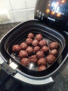 Gehaktballetjes uit de airfryer - 500 gram rundergehakt, 1 zakje Honig uiensoep, scheutje melk - 8 minuten op 185 graden