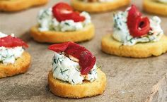 Strawberry-Basil Bruschetta with Fresh Ricotta. I dare you to try and eat just one! Czech Recipes, Ethnic Recipes, Appetizer Recipes, Appetizers, Party Snacks, Mini Cakes, Food Design, Bruschetta, Finger Foods